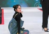 """Vừa bê khay nước vừa catwalk, Vân Trang """"ngã sấp mặt"""" trên sân khấu"""
