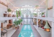 Ngôi nhà màu trắng sở hữu cây xanh và bể bơi bên trong giống như resort nghỉ dưỡng tuyệt đẹp