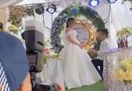 """Sơ suất """"chí mạng"""" trên sân khấu kết hôn, chú rể cuống cuồng bỏ chạy để mặc cô dâu đứng một mình"""