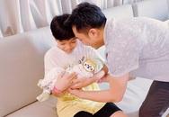 Subeo, con trai Hồ Ngọc Hà gây chú ý vì biểu cảm lần đầu tiên được bế em gái mới chào đời