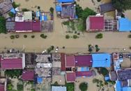 Lũ lụt biến đường thành sông ở TQ khiến người dân điêu đứng