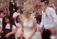 """Chú rể đang hân hoan đón dâu thì lĩnh trọn """"đòn đau"""" từ bên ngoài dội tới, nhìn cảnh cô dâu và họ nhà trai nhăn nhó bước đi bên cạnh khiến toàn MXH bức xúc"""