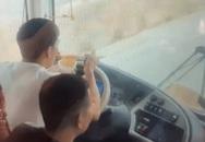Tài xế xe giường nằm vừa lái xe vừa ăn mì tôm