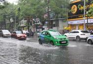 Hệ thống thoát nước bị tắc nghẽn, nhiều tuyến đường ở Hà Nội ngập cục bộ