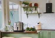 """Căn bếp của vợ chồng trẻ Đà Lạt khiến chị em mê mẩn: Lên xứ bơ nên làm bếp cũng """"màu 034"""" mới chịu!"""