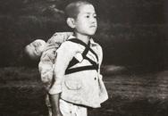Bức ảnh anh cõng em đã chết trên lưng với gương mặt vô cảm khiến cả thế giới rơi lệ vì câu chuyện bi thương phía sau