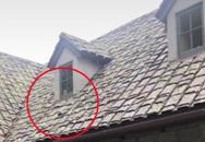 Gương mặt đứa trẻ bên cửa sổ nhà hoang
