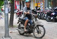Cận cảnh những chiếc xe máy cũ nát đến mức không thể nát hơn trên mọi ngả đường của Hà Nội