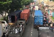 TP.HCM: Xe container húc văng khung biển báo, Quốc lộ 1 kẹt nguyên buổi sáng