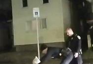 Bị cảnh sát trùm đầu và ghì xuống đường, người da đen tử vong