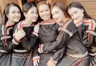 """Khoe hình diện trang phục dân tộc cùng mẹ và các chị em gái, gia đình Nhã Phương nhận """"mưa lời khen"""" vì đẹp hết phần thiên hạ"""