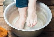 Cứ tưởng nước súc miệng chỉ có mỗi công dụng trị hôi miệng, không ngờ nó còn có 3 lợi ích thần kỳ cho bàn chân mà ít người biết đến