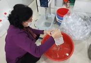 """Đủ chiêu trò mùa dịch: """"Hô biến"""" cồn với nước lã thành nước rửa tay khô"""