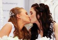 2 cô gái trẻ đẹp làm nên lịch sử khi kết hôn đồng giới ở Bắc Ireland