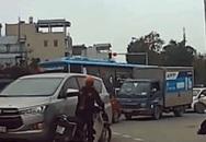 """Dừng xe máy bấm điện thoại giữa đường, cô gái """"đỏ mặt"""" trước hành động của tài xế ô tô"""