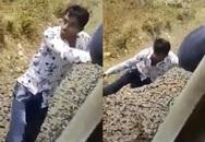 Khoảnh khắc kinh hãi không dành cho người yếu tim: Nam thanh niên rơi xuống đường ray lúc tàu đang chạy nhưng kết cục khiến hành khách vỗ tay ầm ầm