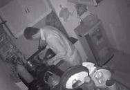 """Xem camera an ninh thấy chồng mò mẫm một mình dưới bếp, biết lý do vợ không khỏi """"cay mắt"""""""