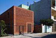 Ngôi nhà nhìn như tổ mối với những bức tường xây bằng gạch nung có chi phí xây dựng 550 triệu đồng ở Đà Nẵng