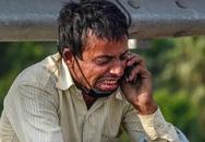 Bức ảnh người cha Ấn Độ bật khóc bên đường gây xúc động khắp thế giới