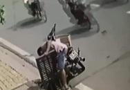 Giữa cái nắng nóng gay gắt, người đàn ông dừng xe bên nắp cống để làm hành động khó hiểu khiến nhiều người phải lắc đầu ngao ngán