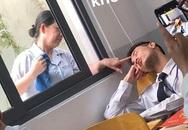 Nam sinh ngủ gật nhưng hài nhất là hành động của cô lao công ngoài cửa sổ