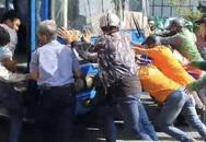 Hàng chục người đẩy xe buýt cứu phụ nữ mắc kẹt