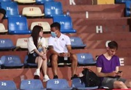 Quang Hải tình tứ với bạn gái trên khán đài