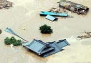 Nước lũ ngập sâu, người dân Nhật Bản ngồi trên mái nhà chờ giải cứu