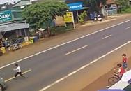 Bé trai lao qua đường bị ô tô húc văng vào lề