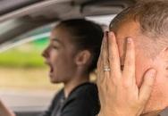 Ông bố bị bắt vì để con gái tiểu học lái ôtô