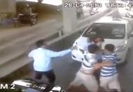 4 thanh niên hành hung 1 nữ nhân viên soát vé cầu Bãi Cháy