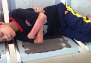 Cứu giúp đôi chân cho cậu bé bị mẹ bỏ rơi