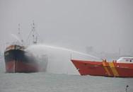 Dúng súng bắn dây cứu tàu cháy trên biển