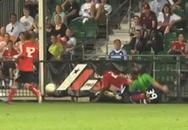 Video: Trọng tài bị cầu thủ 'chặt chém'