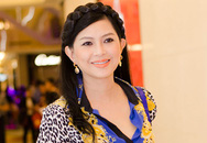 Mẹ chồng Hà Tăng nổi bật trong trang phục sặc sỡ
