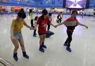Giới trẻ đổ xô đến sân băng để trượt, ngã và... cười