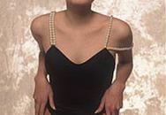 Angelina Jolie làm người mẫu bikini từ năm 16 tuổi