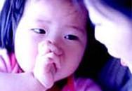 Mẹo chữa chứng mút tay cho bé