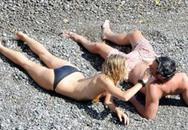 Sienna Miller lại khoe ngực