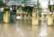 """Nhiều trường học """"oằn mình"""" trong mưa lũ"""