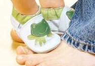 Tập cho bé thói quen đi giày dép