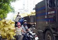 Hàng tấn bao tải chứa thức ăn bị đổ gây tắc đường trong nhiều giờ