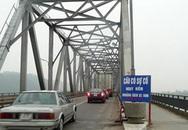 Cầu Bến Thủy nghiêng vì bị xe tải húc