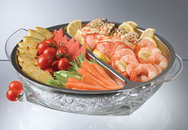 Thức ăn tươi ngon với bát thủy tinh ướp lạnh