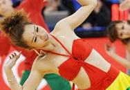 """Nữ hoạt náo viên Trung Quốc """"thiêu đốt"""" sân bóng rổ"""