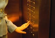 Bị hành hung vì không giữ cửa thang máy