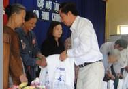 """""""Bác sĩ về làng"""" tặng 450 phần quà giúp các gia đình khó khăn"""