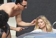 Kate Moss khoe ngực trần trên biển