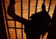 """Quản ngục """"qua đêm"""" với các nữ tù nhân"""