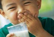Trẻ uống sữa quá nhiều dễ bị thừa hoặc thiếu dưỡng chất